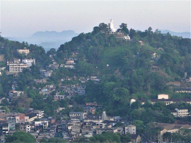 Boeddha beeld op een bergtop.