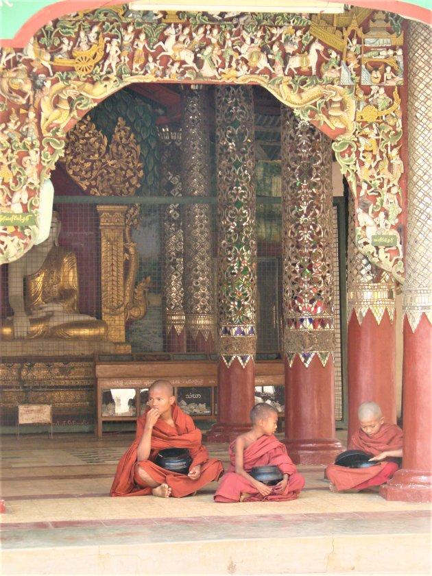 Etenstijd op de Swedagon Tempel.