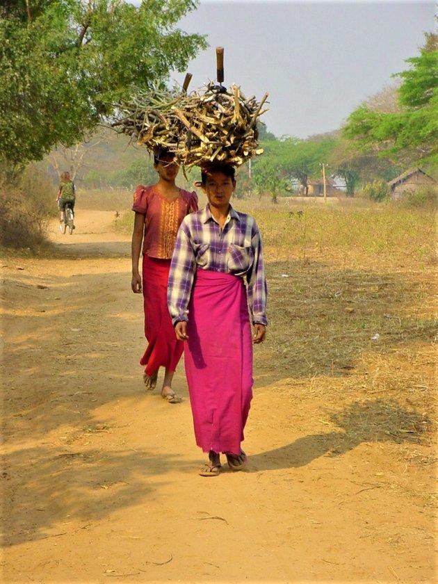 Bossen hout op hun hoofd.