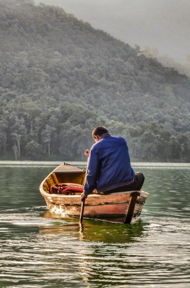 Peddelen op Lake Phewa
