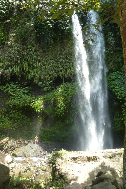 Verkoeling zoeken onder de Air Terjun Sendang Gile