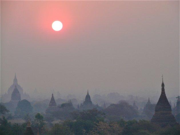 Ochtendmist boven de Tempels in Bagan.