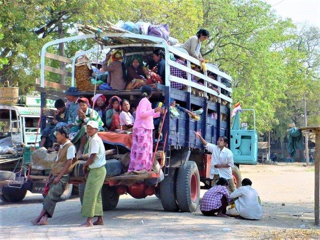 Gezellig met de bus in Birma.
