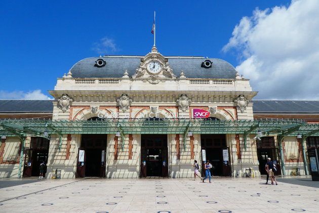 Leeg station
