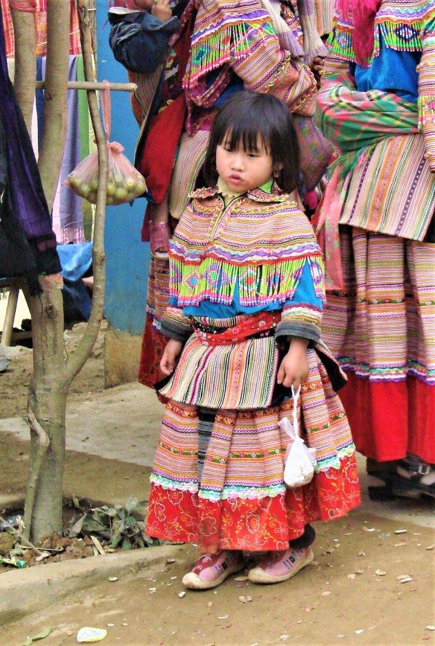 Klein meisje in klederdracht.