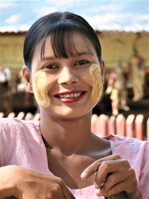 Portret van mooie Birmese verkoopster.
