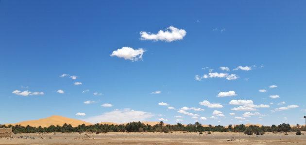 De duinen van Erg Chebbi achter de oase van Hassi-Labied, Merzouga