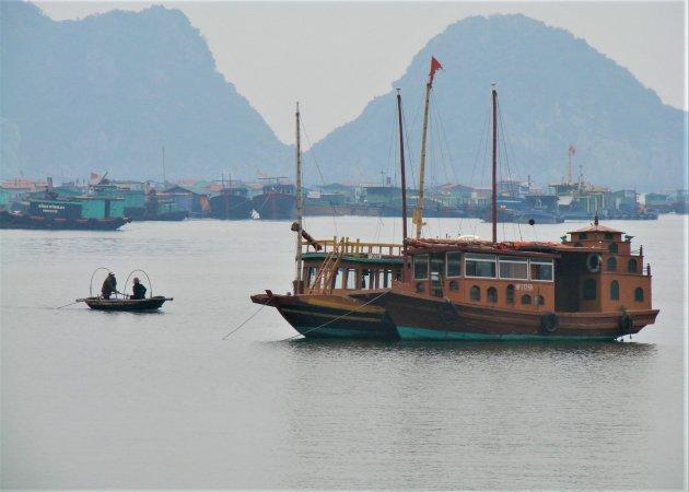 Drijvend vissers dorp in Ha Long Bay