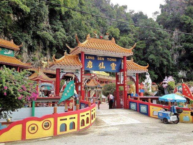 Chinese tempel tussen de karstbergen