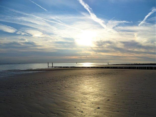 Mooie lucht op een stil strand.