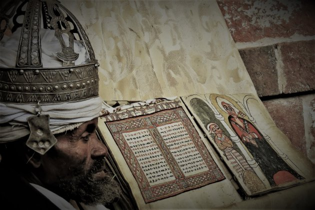 het tonen van het heilige boek
