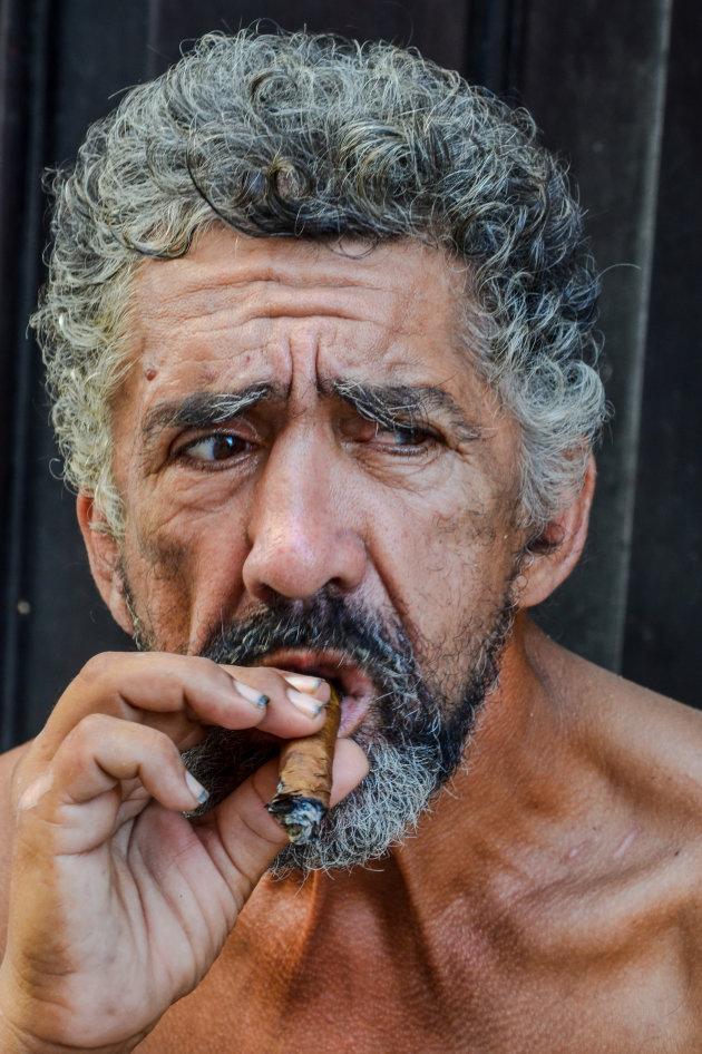 Een sigaartje op straat