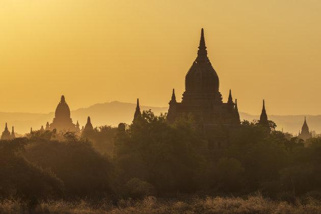 zonsondergang bij de tempels van Bagan