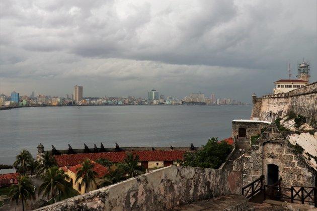 vanaf het fort met zicht op de skyline van Havana