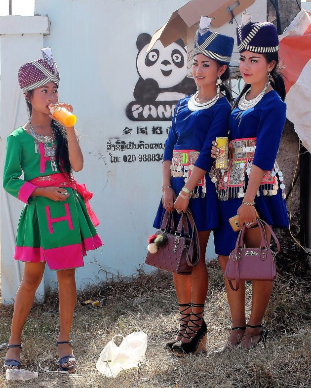 Hippe Hmong-meisjes op de huwelijksmarkt