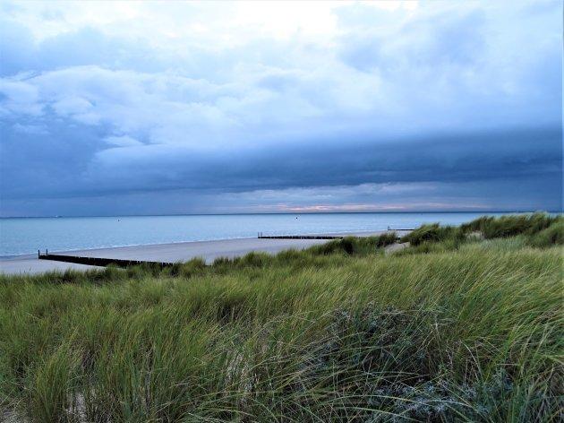 Donkere luchten voor de kust.