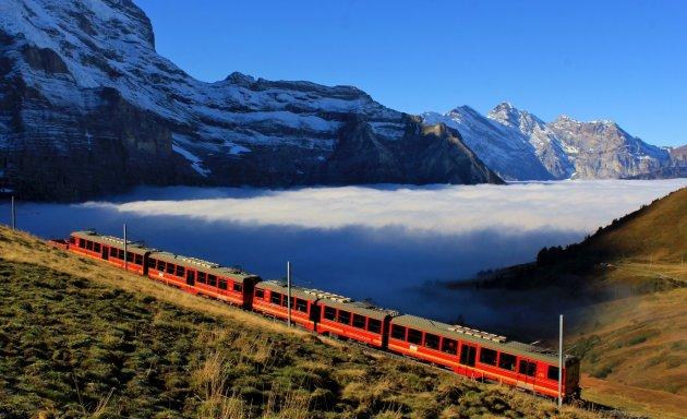 Trein boven de wolken