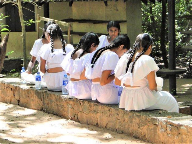 Schoolmeisjes aan de lunch.