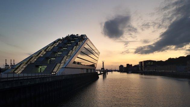 Zonsondergang bij de Nordakademie in Hamburg