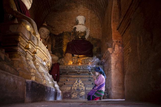 bidden bij de Indein pagode
