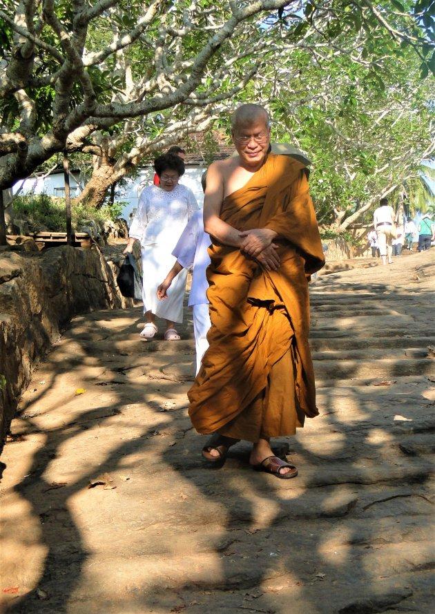 Monnik op de trappen van de Rots van Mahinda.