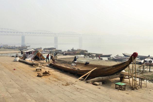 Raj ghat brug over de Ganges rivier