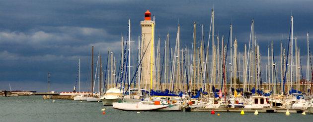 Donkere wolken boven Sète