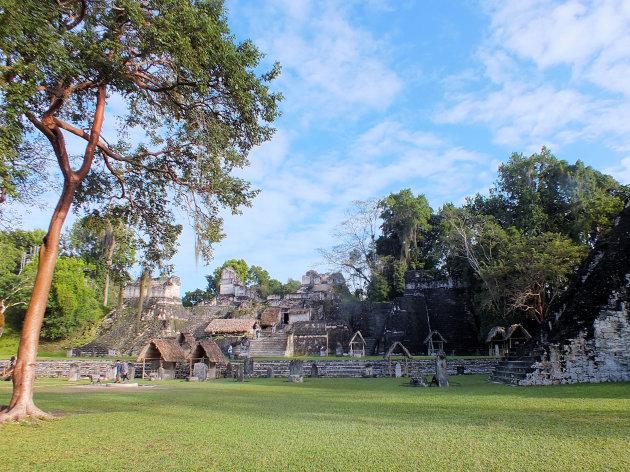 Grote plein in Tikal