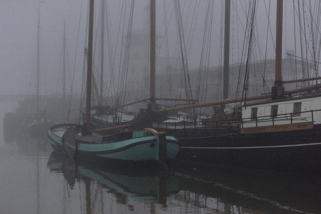 Bruine vloot in de mist