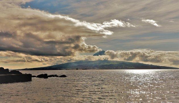 Mount Pico vanaf het strand van Almoxarife