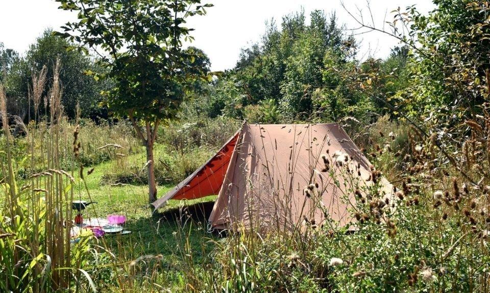 Kamperen in een tentje off the grid