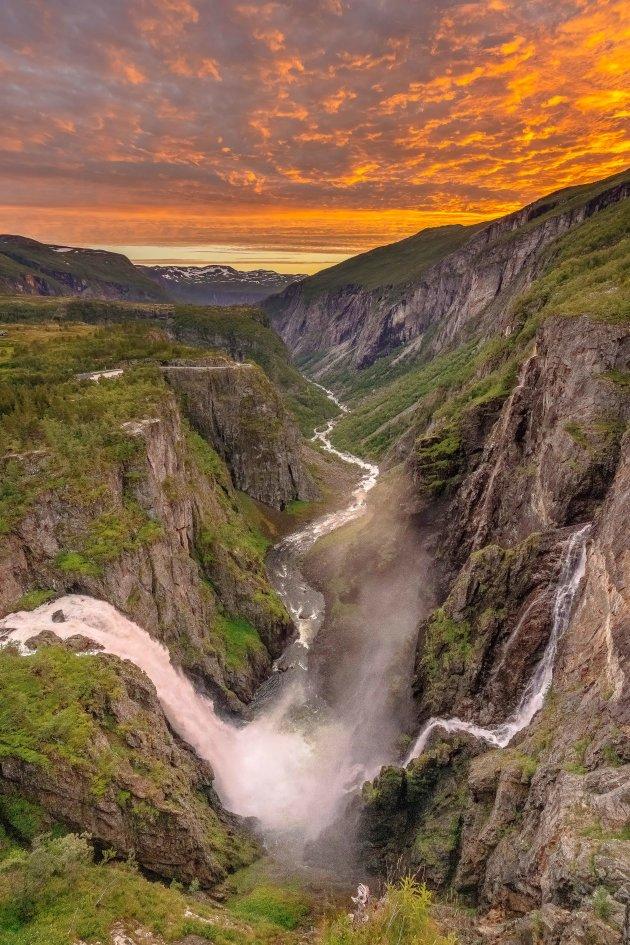 Spectaculaire zonsondergang aan de Vøringsfossen