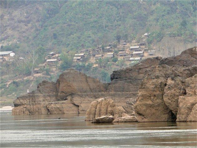 Bergdorpje langs de rivier.