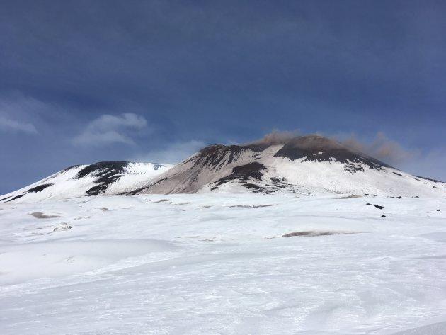De Etna van dichtbij tijdens een zwavel uitstoot