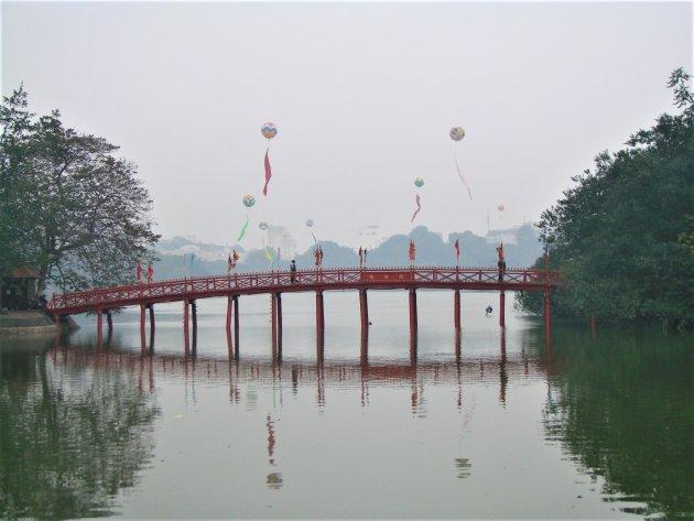 Brug bij Hoan Kiem Lake.