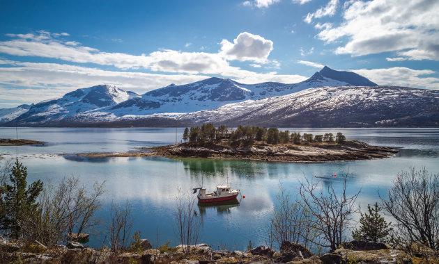 Een fjord en een bootje