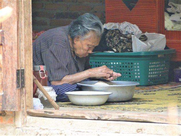 Rijst sorteren.