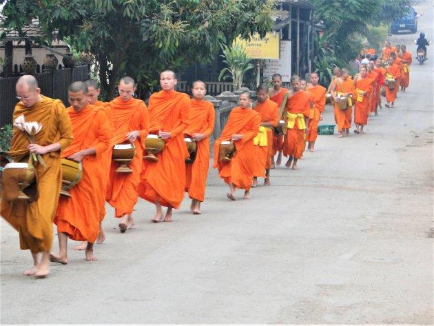 Monniken met hun bedelnap