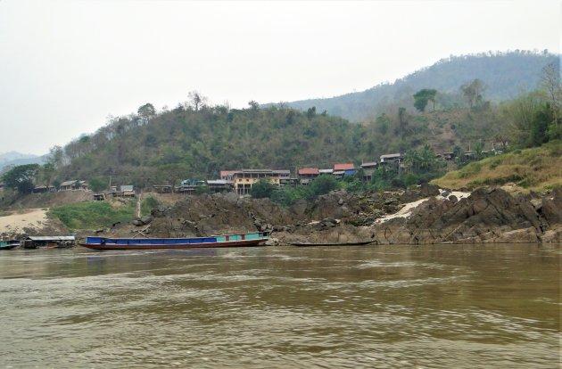 Bergdorpjes langs de rivier.