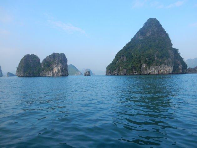 Ha Long Bay blijft prachtig ondanks de drukte