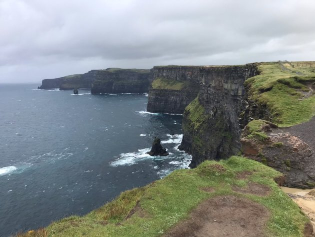 Bijna weg geblazen op de Cliffs of Moher