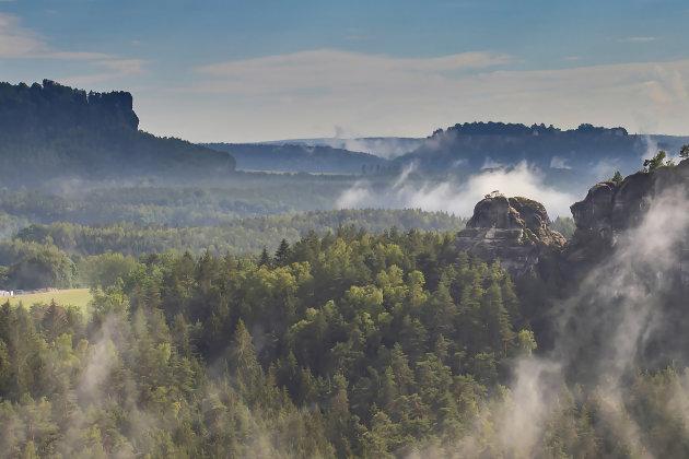 Laaghangende wolken in het Sächsische Schweiz