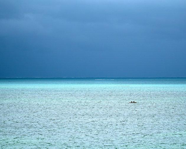 Kleine boot op grote zee