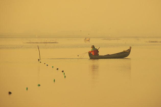 Visser in het Taungthmanmeer