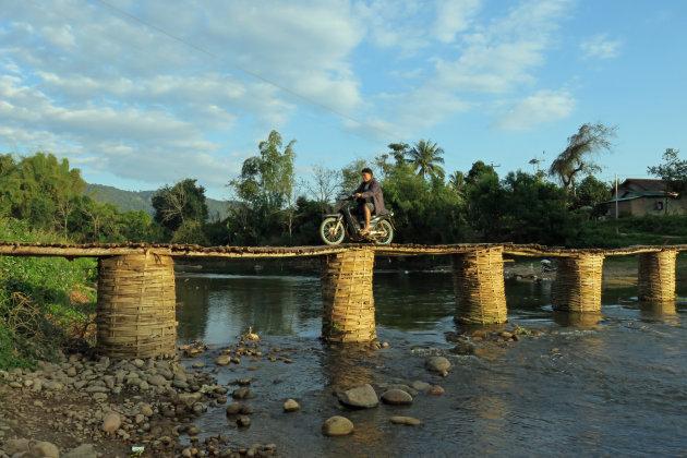 Over de bamboe brug in Luang Namtha