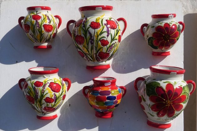 Kleurrijk aardewerk