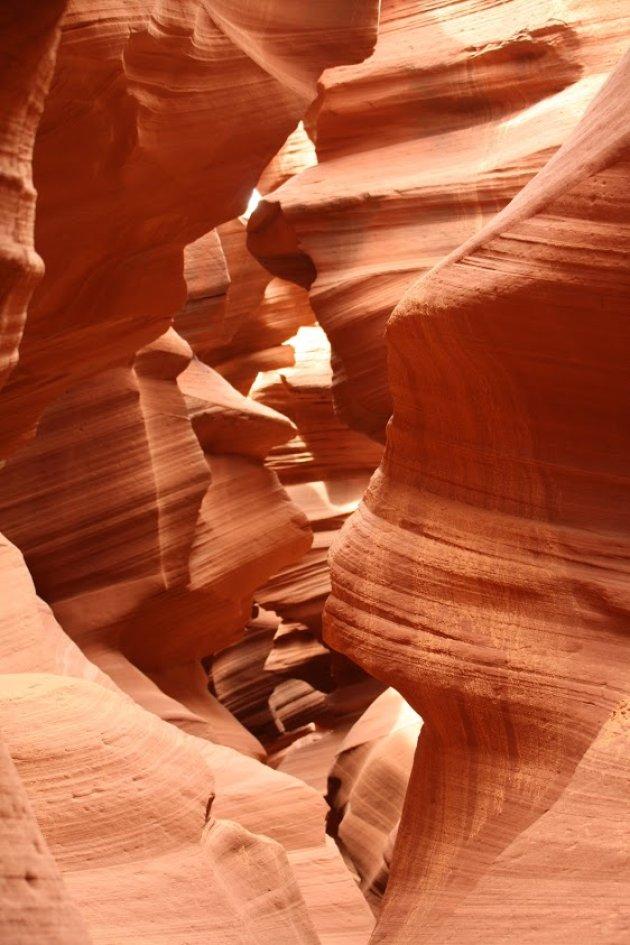 Boek een trip naar de Antelope canyon, gewoon omdat de kleuren surrealistisch zijn