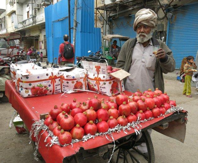 Een kar vol granaatappels