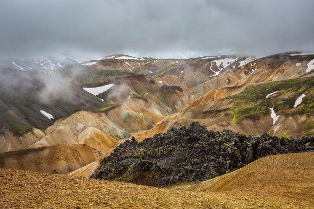 Kleurrijke ryolietbergen