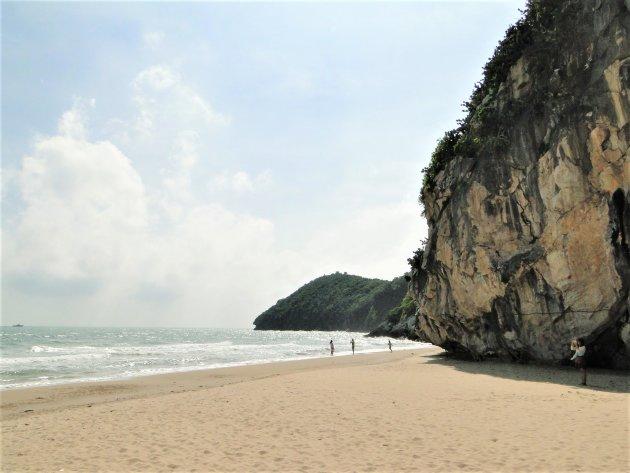 Stranden tussen de rotsen.